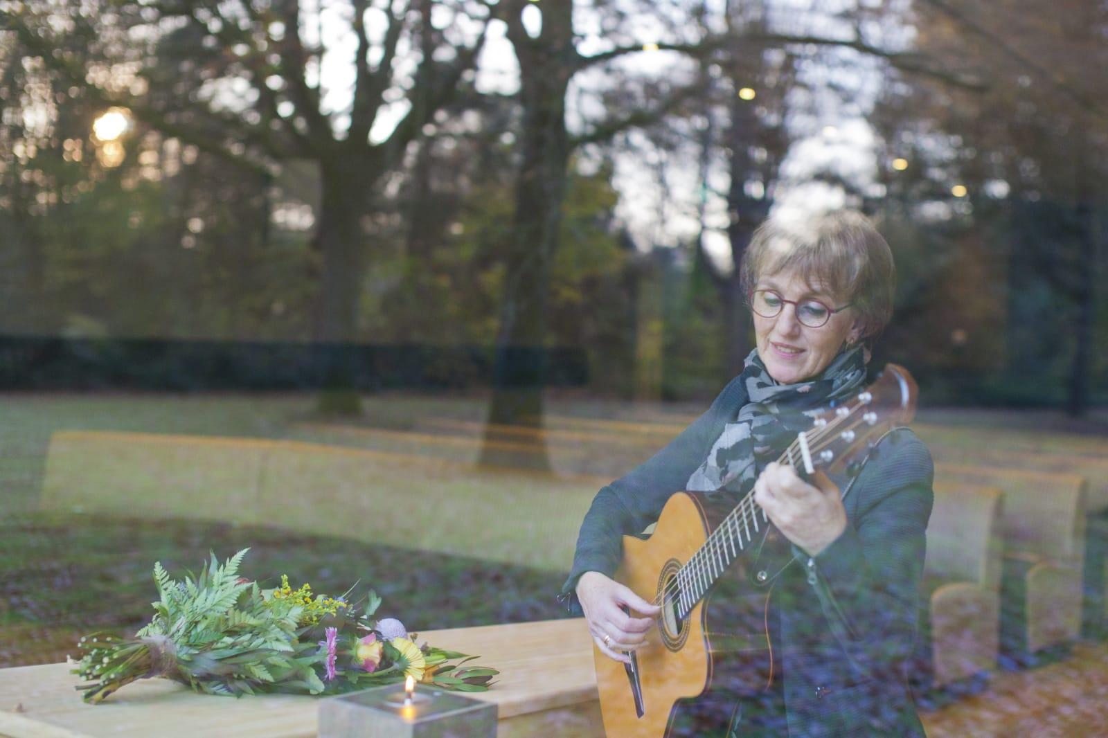 uitvaartzangeres en uitvaargitariste Jacqueline Snel in crematorium Slangenburg